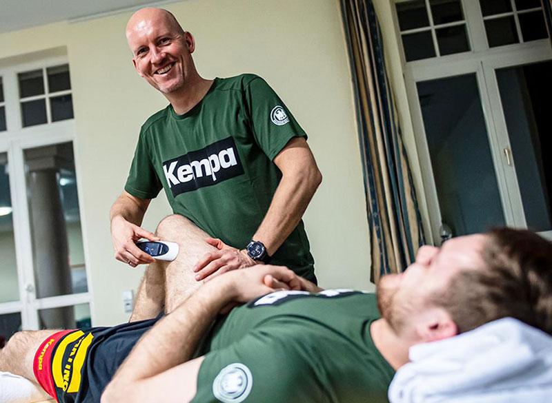 Dennis Finke, deutsche Handball-National-Mannschaft, behandelt mit dem physiokey