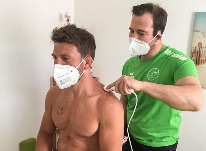 Ringer Lukas Fecher wird mit physiokey und Faszien-Flow behandelt