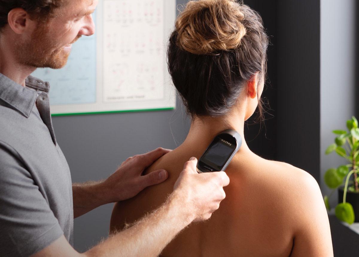 Behandlung mit medkey am Nacken